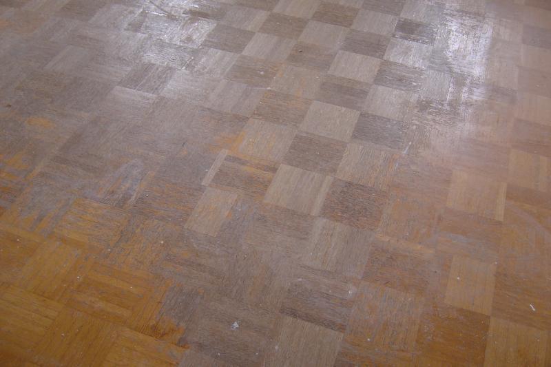 7 Mosaikparkett Eiche vor der Sanierung